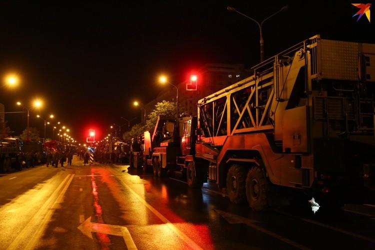 В этот раз военная техника впервые осталась на ночь.
