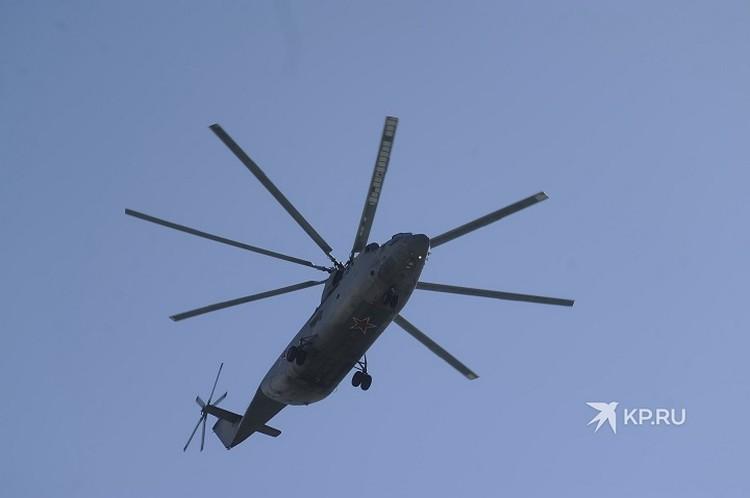 Военные вертолеты в небе над центром уральской столицы