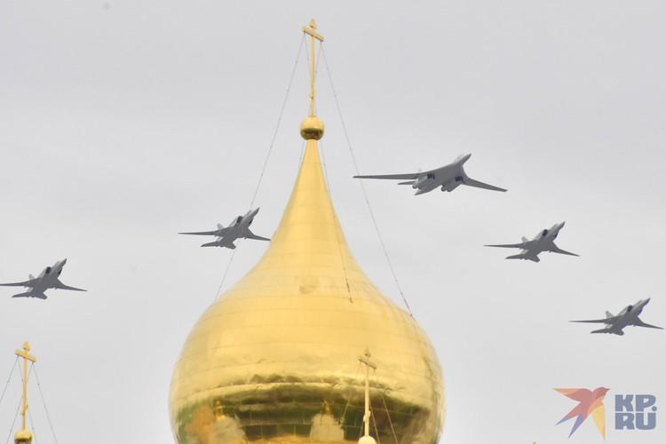 Увидеть их можно было в телевизионной трансляции или из окон домов на пути следования авиации.