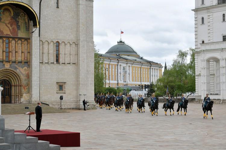 Президент РФ Путин провел смотр марша пеших и конных караулов Президентского полка в Кремле. Фото: Алексей Дружинин/ТАСС