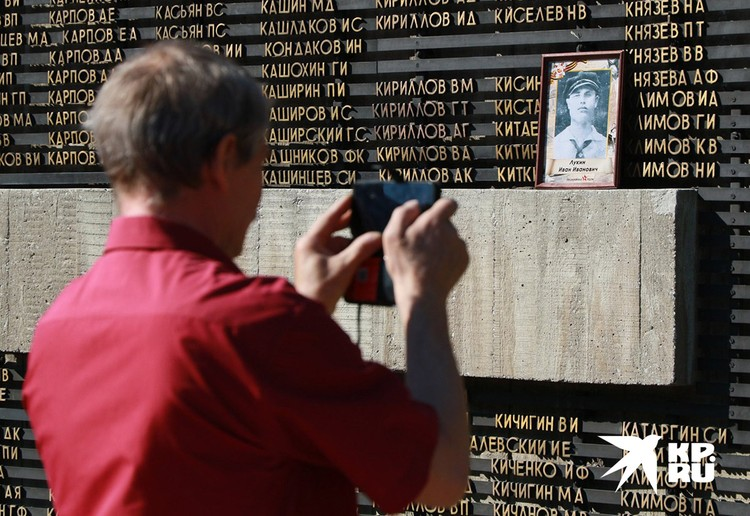 У Мемориала Воинской Славы в Барнауле.