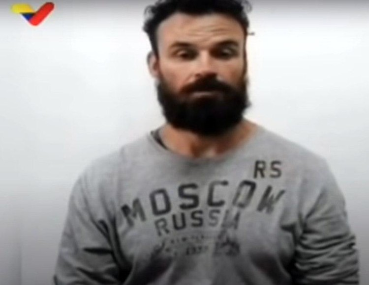 """Военный Эрин Берри в майке с надписью """"Москва""""."""
