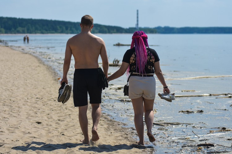 Парочки устраивают романтические прогулки у кромки грязной воды.
