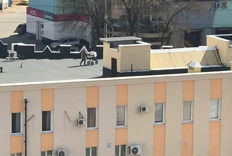 Ничего необычного: просто мамочка коляской гуляет по крыше.