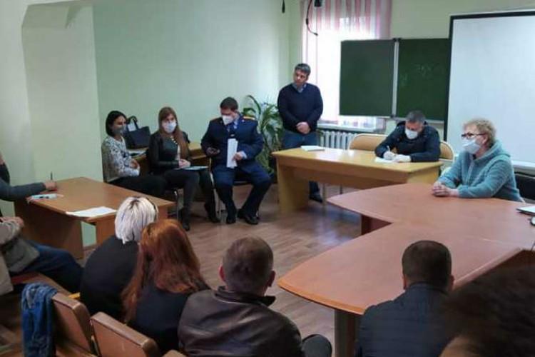 Игорь Кобзев общается с медиками.