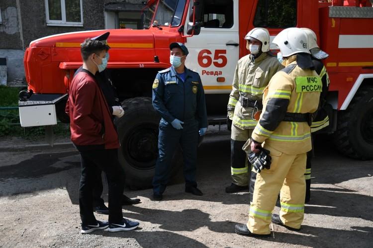 Как только Ильяс заметил дым в квартире, сразу бросился на помощь. Фото: пресс-служба ГУ МЧС по Свердловской области.