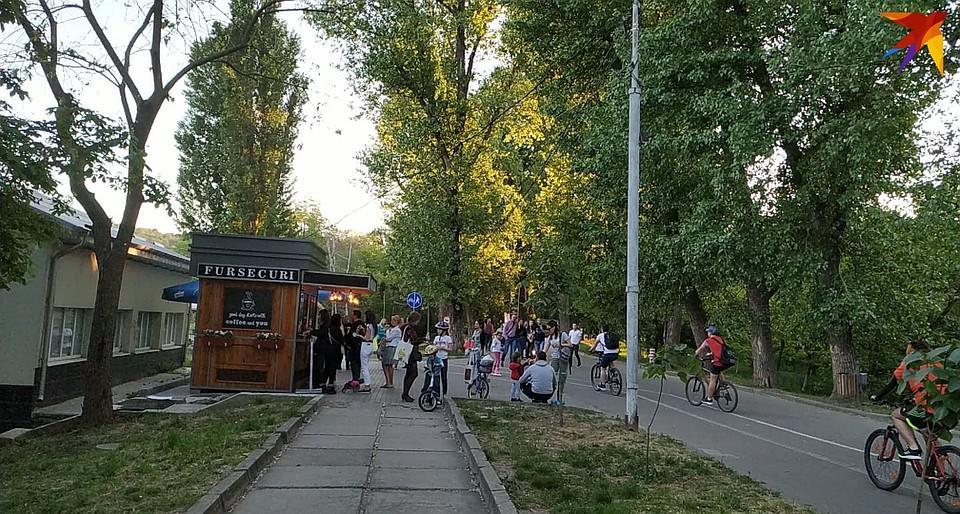 Возле киосков - толпы народа Фото: Наталья СИНЯВСКАЯ
