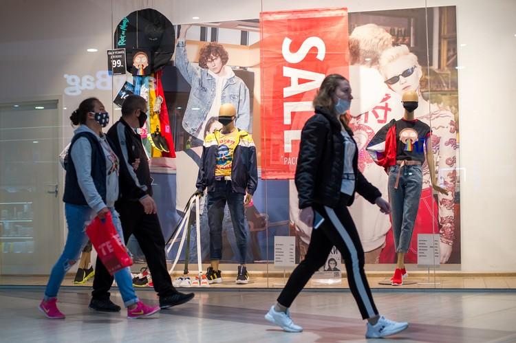 Многие магазины устраивают распродажи