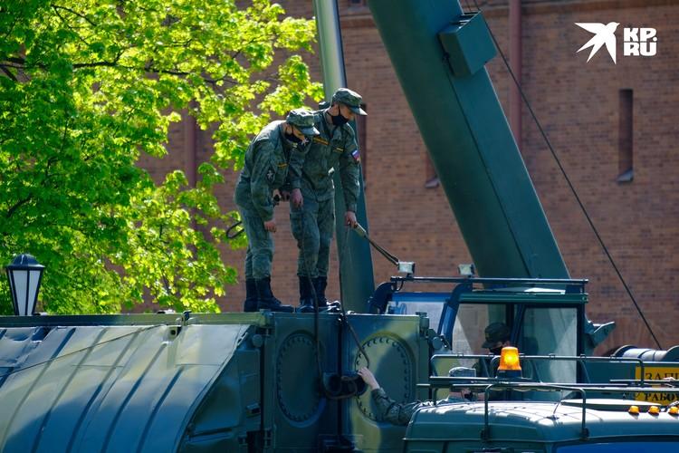 Опытные бойцы соорудят понтонный мост за 15-20 минут.