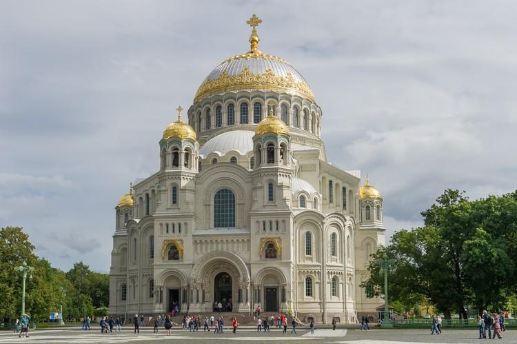 Рядом с Вечным огнем расположен и Никольский морской собор - память всех погибших военных моряков России.