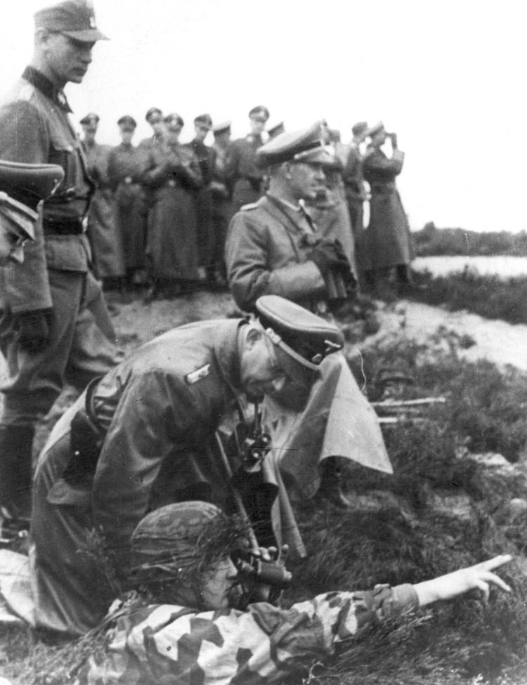 """Генрих Гиммлер на позициях дивизиии """"Галичина"""". Фото сделано между 1943-м и 1944-м годами. Фото: audiovis.nac.gov.pl"""