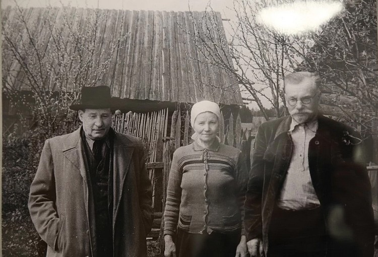 Благодаря Михасю Мицкевичу сохранилось много снимков неизвестного Якуба Коласа (слева): тут писатель со своими друзьями - семьей Дзятка.