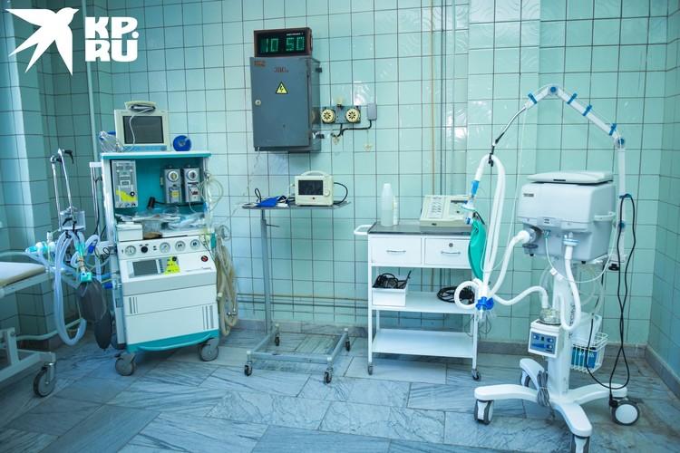 В родовом зале, кроме кресла, находится жизненно важное оборудование, в том числе новенький аппарат ИВЛ.