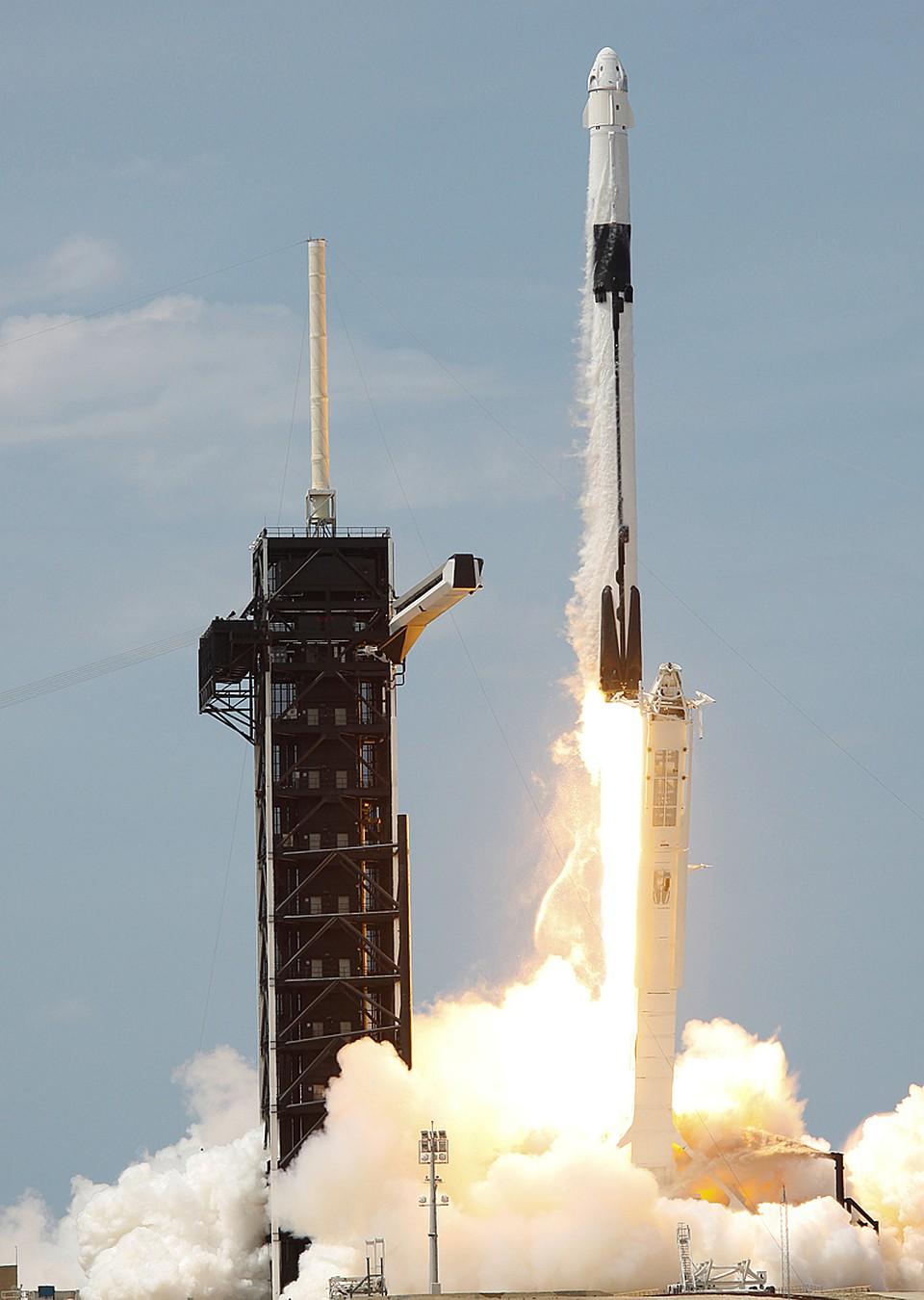 Полетел белоснежный Crew Dragon. И с МКС благополучно состыковался Фото: REUTERS