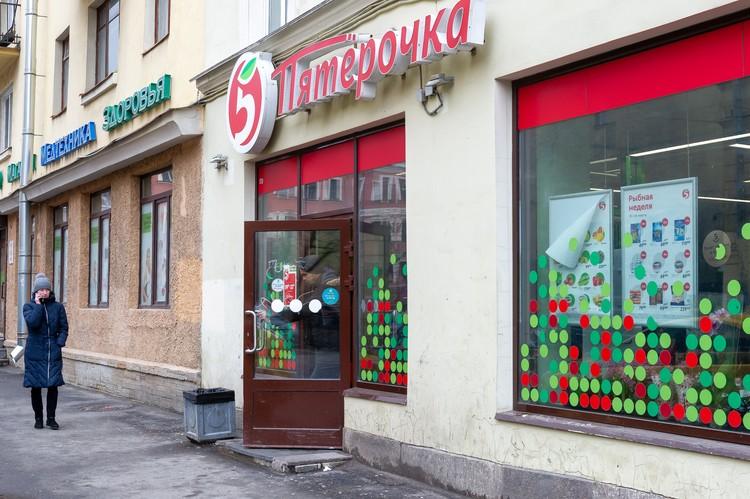 """Под удар попали 443 магазина """"Пятерочка""""."""