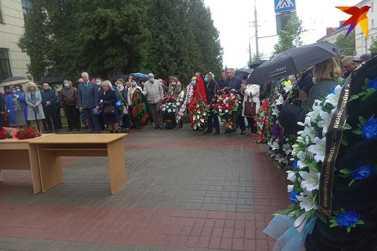 Гражданская панихида прошла около главного корпуса ВГМУ.