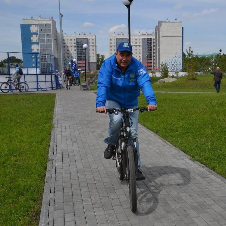 Глава Ленинского района Александр Орел часто пользуется экологически чистым видом транспорта. Фот соцсети.