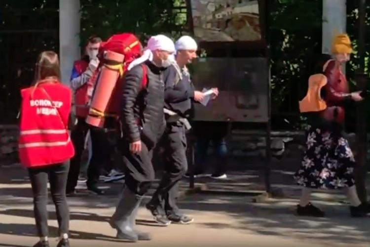 Волонтеры раздают маски паломникам. Фото: скриншот с видео Владислав Крысов, vk.com/zlo43
