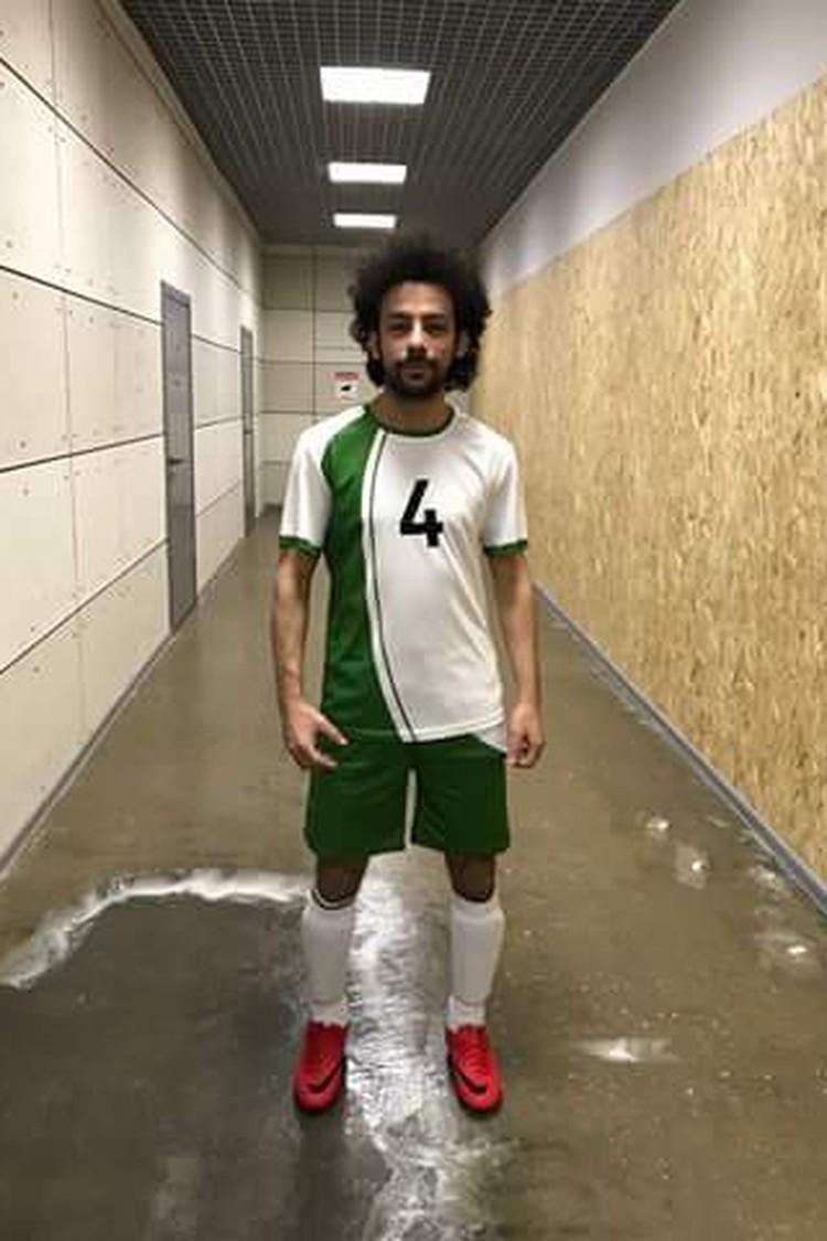Ислам играет в футбол за любительский клуб.