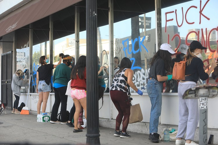 Свои лозунги протестанты оставляют всюду, в основном на витринах магазинов, где остались целыми стеклянные витрины.