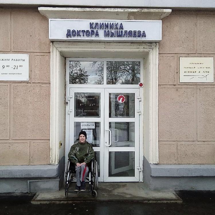 Врачи надеются, что после 10 курсов лечения мальчик сможет ходить сам