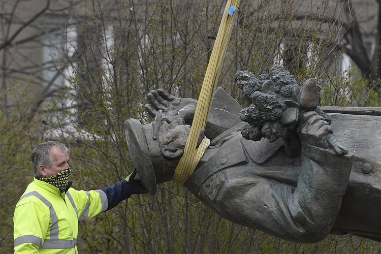 Памятник советскому маршалу Коневу был демонтирован в Праге в начале марта.
