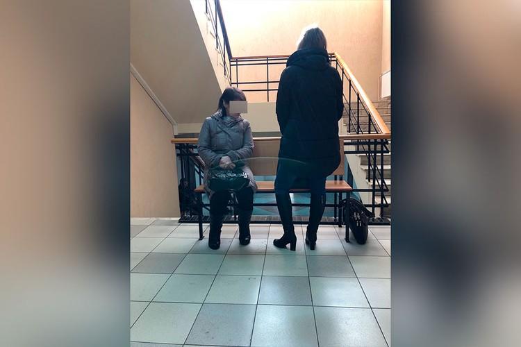 Подсудимая (на фото запечатлена стоя) и уверяла, что готова снова взять на себя ответственность за своих детей