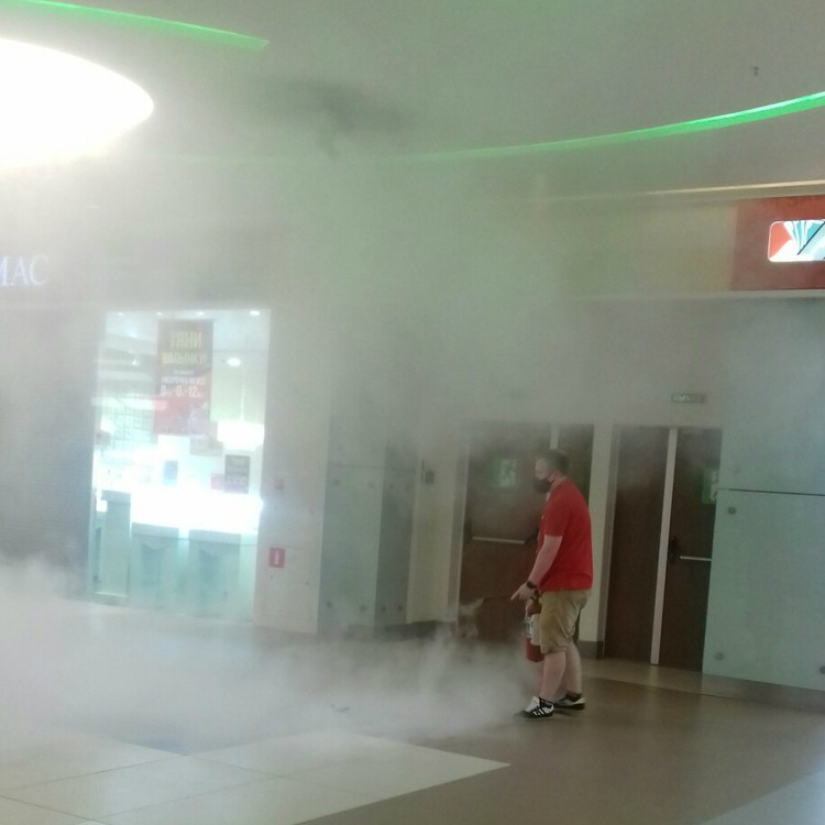 Работник салона сотовой связи схватил огнетушитель и стал тушить искрящий указатель еще до прибытия пожарных