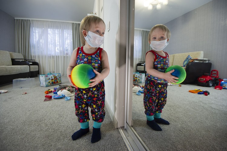 Детям до трех лет носить маску для взрослых нельзя