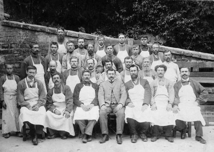 Виктор Дравиньи с рабочими и служащими удельного имения Абрау-Дюрсо. Фото: пресс-служба «Абрау-Дюрсо»