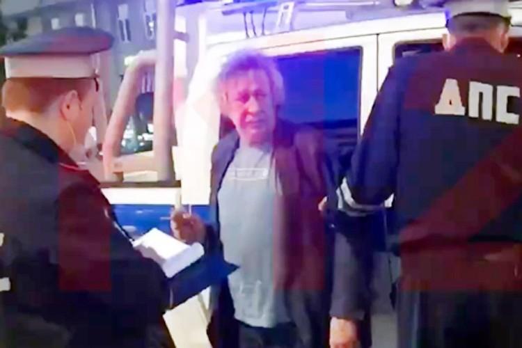 Пьяный артист вечером 8 июня на своем джипе выехал на встречную полосу и протаранил курьерский фургон в центре Москвы.