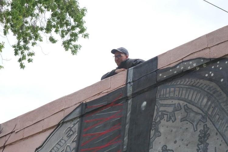 Илья Маломощенко завершил работу, а теперь рисует еще одно граффити, которое будет видно только с высоты.