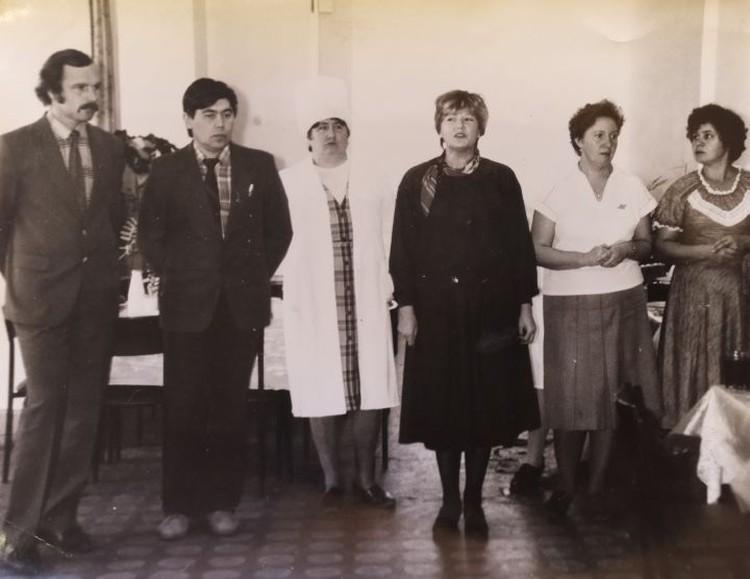 Анатолий Иванович (крайний слева) в кружке самодеятельности города Нижние Серги. Фото: предоставлено Галиной Манаковой