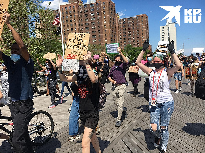Протестующие обходят русскоязычный район в Нью-Йорке стороной Фото: Валерий РУКОБРАТСКИЙ