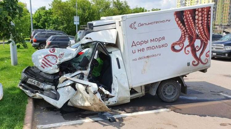 Фургон, в который врезался автомобиль Ефремова, разбит вдребезги. Фото: Денис ВОРОНИН/АГН