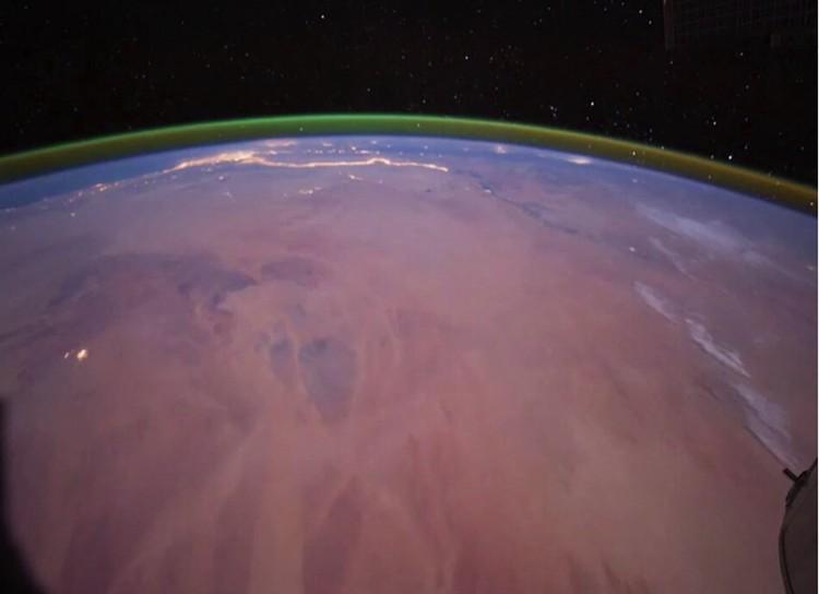 Зеленое свечение над Землей. Снимок к Борта МКС. Теперь столь же ярко вспыхнул и Марс.