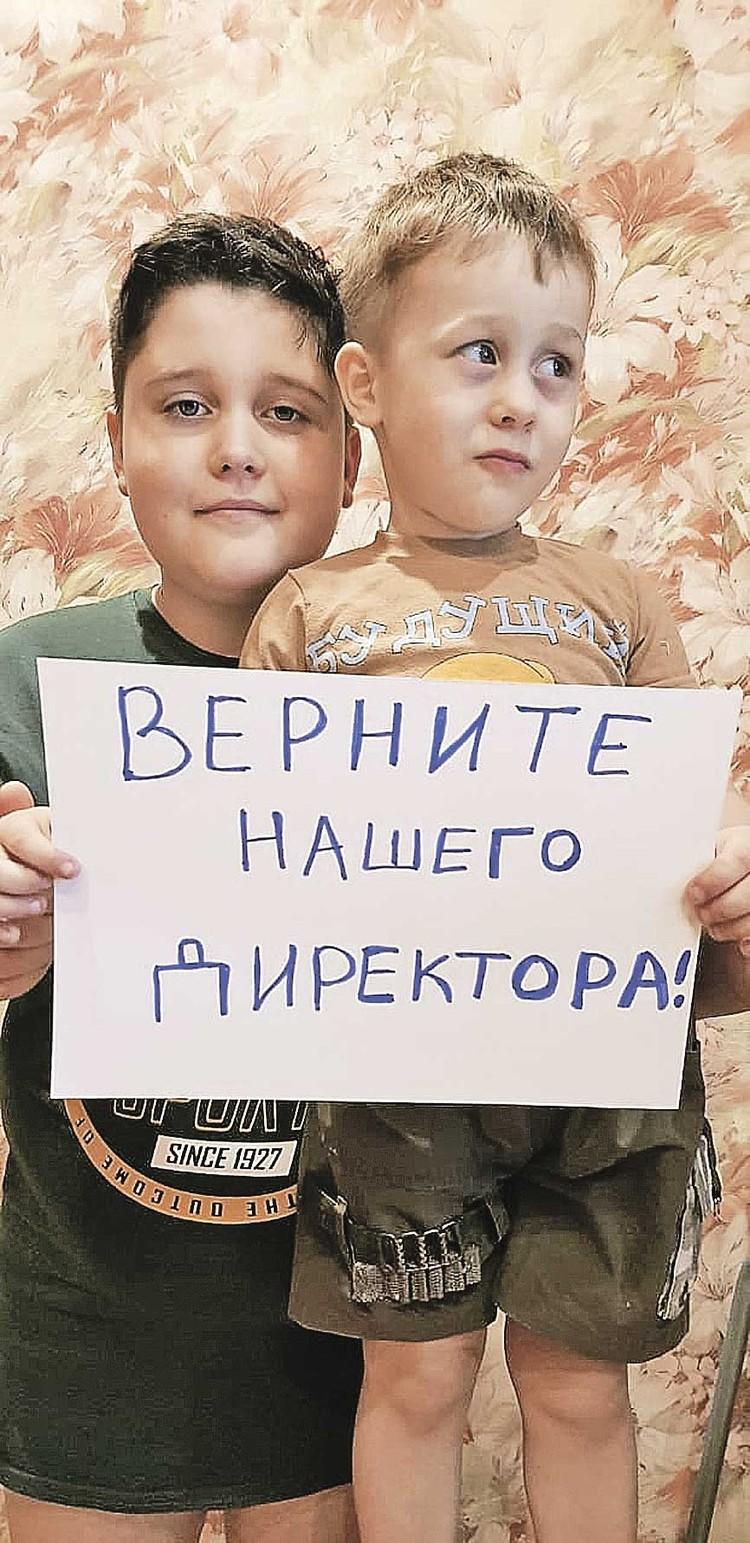 Жители города встали на защиту деятелей культуры, но по‑современному, с помощью флешмоба, - выкладывая в соцсети селфи с рукописными плакатиками. Фото: Соцсети.