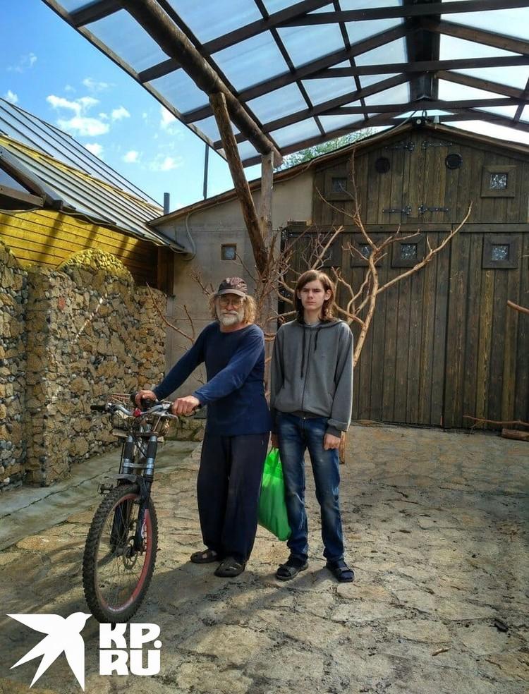 Для Пети и его дедушки лес был, словно второй дом: часто вместе катались там на велосипедах. Фото: личный архив.