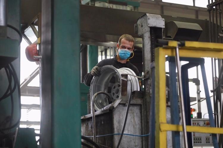 Алюминий плавят в четырех печах при температуре. Дальше он поступает в литейные машины