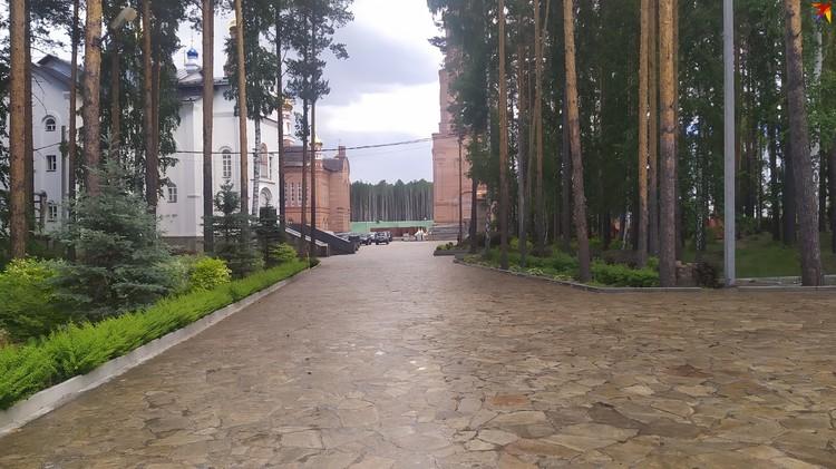 Территория монастыря довольно большая. На ней расположены несколько церквей и чесовен