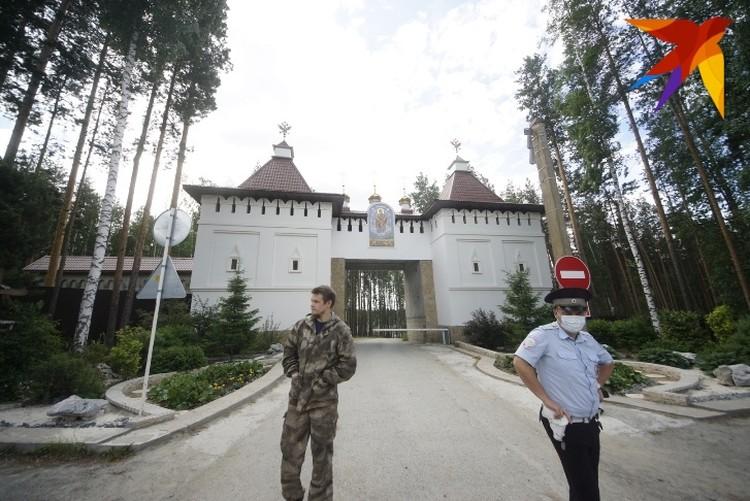 Территорию Среднеуральского женского монастыря второй день патрулирует полиция.