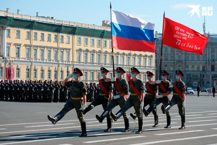 Военные пронесут по Дворцовой площади исторические знамена.