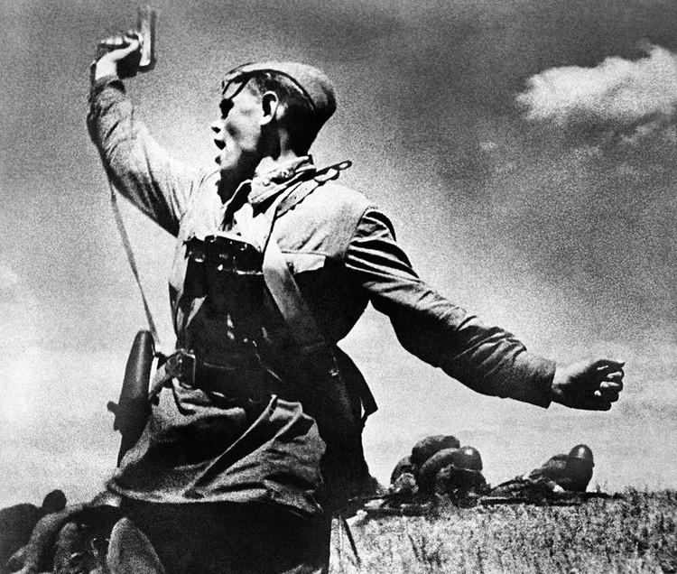 12 июня 1942 г. Младший политрук 220-го стрелкового полка 4-й стрелковой дивизии 18-й армии Алексей Гордеевич Еременко поднимает солдат в атаку. Фото: Макс Альперт/ТАСС