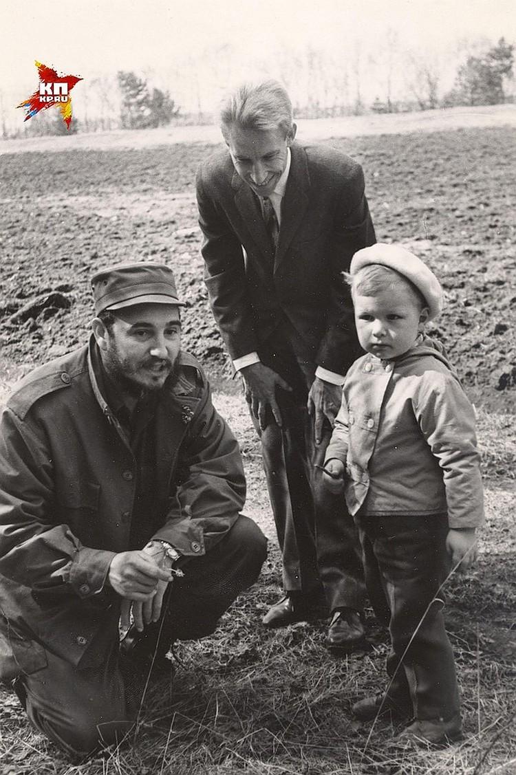 Фото из семейного архива: Фидель Кастро и сын Сергея Хрущева, внук советского лидера Никита