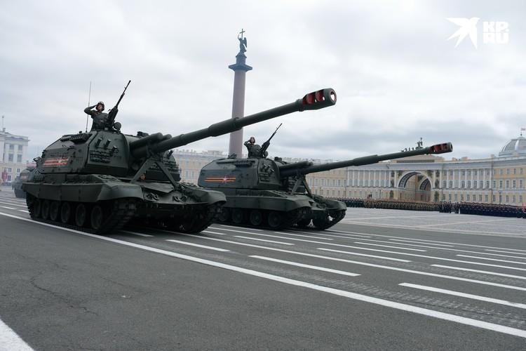 Военная техника прошла по Дворцовой на репетиции Парада Победы.