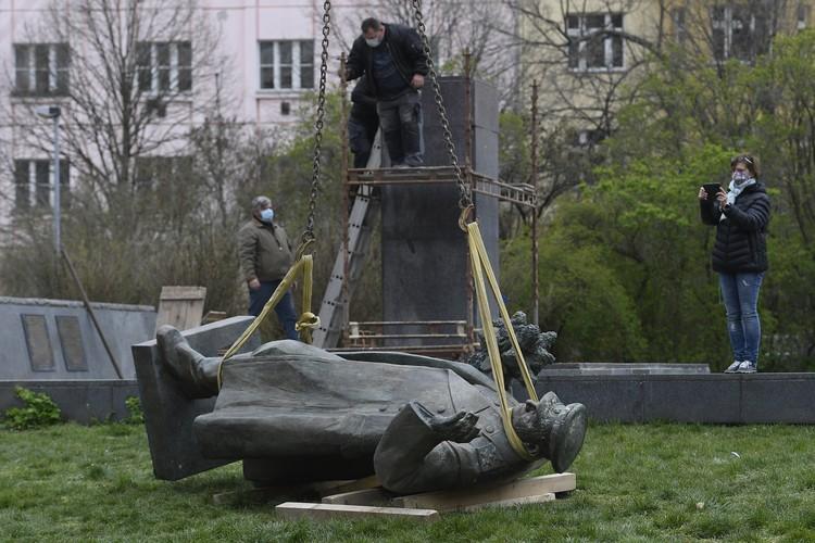 В Праге снесли памятник маршалу Коневу.