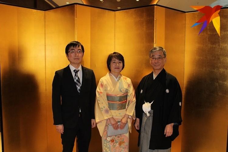 Супруга посла Кёко работает в Японии воспитателем в дошкольном учреждении.