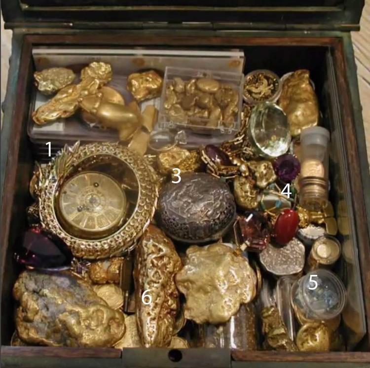 1. Золотой браслет «Дракон» с глазами-рубинами покрыт 265 мелкими бриллиантами. 3. 300-летние часы из золота и серебра. 4. Два цейлонских сапфира. 5. Изумруды - всего их в кладе 6 штук. 6. Более сотни золотых самородков разных размеров.