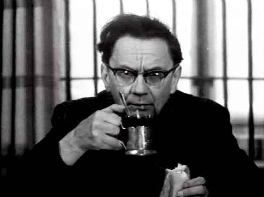 """кино В фильме """"Дай лапу, друг"""" Романова вспоминают благодаря короткому эпизоду, где он всего лишь пил чай. Фото: Кадр из фильма"""