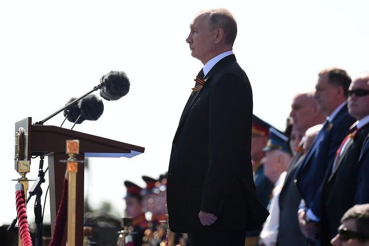 Владимир Путин объявил минуту молчания в память о погибших в Великую Отечественную.